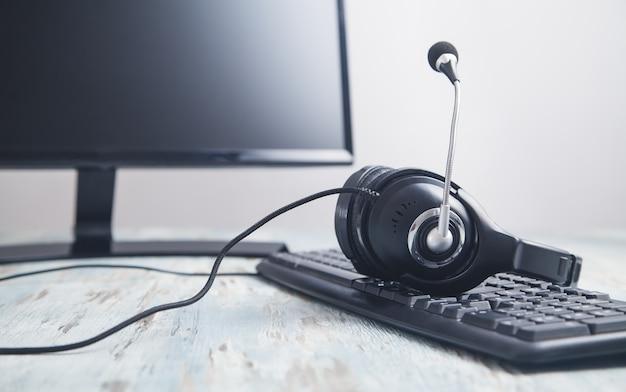 Zestaw Słuchawkowy Na Klawiaturze Komputera. Obsługa Klienta. Wsparcie Premium Zdjęcia