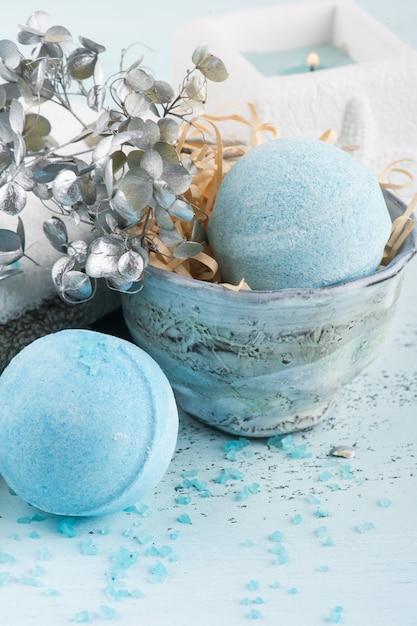 Zestaw Spa Z Niebieskimi Bombami Do Kąpieli Premium Zdjęcia