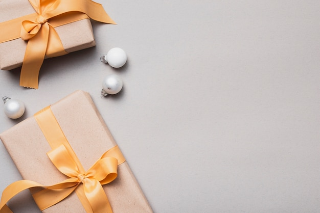 Zestaw świątecznych prezentów ze złotą wstążką i globusy Darmowe Zdjęcia