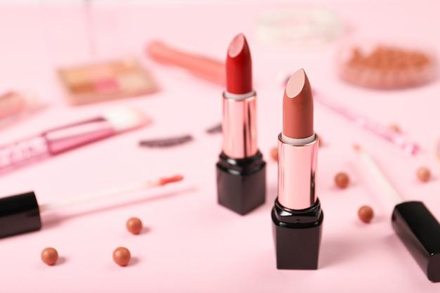 Zestaw Szminek Na Tle Kosmetyków Dekoracyjnych Premium Zdjęcia