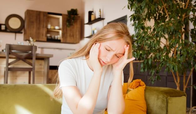 Zestresowana Kobieta Odczuwa Ból Mając Straszny Silny Ból Głowy, Zmęczona Zdenerwowana Kobieta. Koncepcja Migreny. Premium Zdjęcia