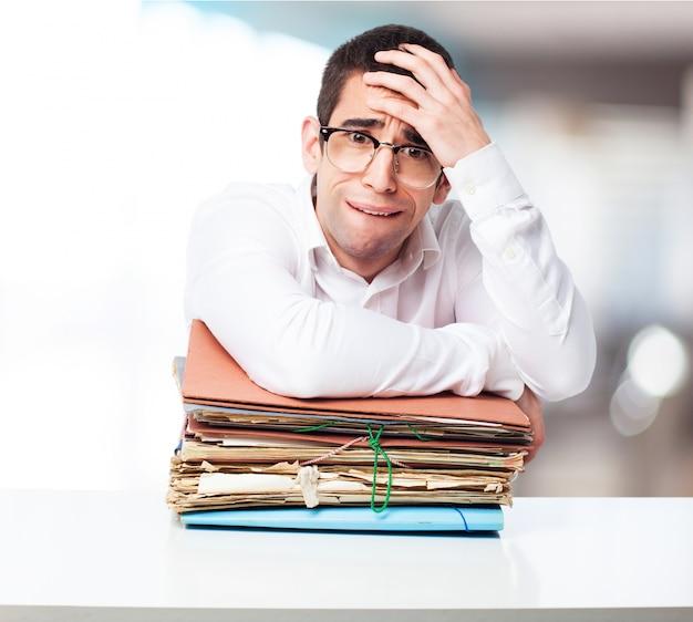 Zestresowany Człowiek Patrząc Na Góry Folderów Darmowe Zdjęcia