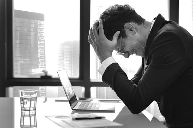 Zestresowany młody biznesmen przepracowania Darmowe Zdjęcia