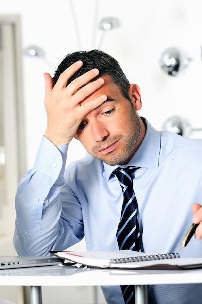 Zestresowany Przepełniony I Zmęczony Biznesmen Kaukaski Premium Zdjęcia
