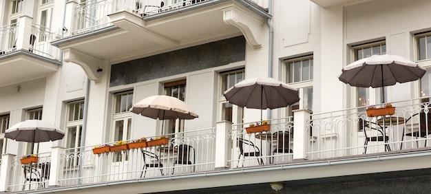 Zewnętrzna Fasada Kawiarni I Budynku, Karlowe Wary, Czechy, Europa. Premium Zdjęcia