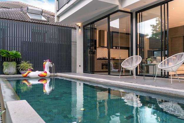Zewnętrzny dom z basenem i pływającym jednorożcem w domu Premium Zdjęcia