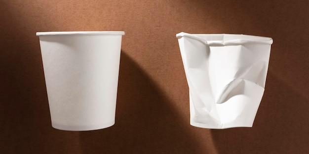 Zgnieciony Plastikowy Kubek I Nowy Papierowy Kubek Premium Zdjęcia
