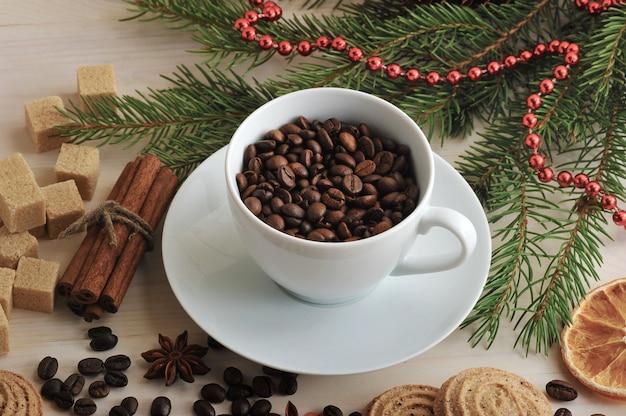 Ziaren Kawy Wlewa Się Do Kubka Na Tle Bożego Narodzenia Z Cukru Premium Zdjęcia