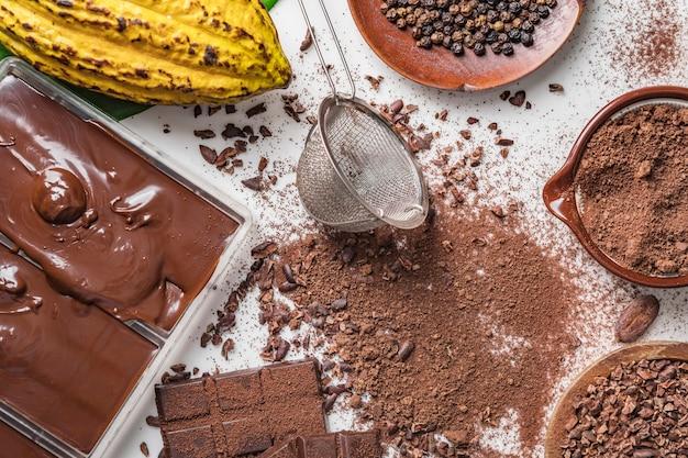 Ziarna kakaowe, kawałki czekolady, kakao w proszku Premium Zdjęcia