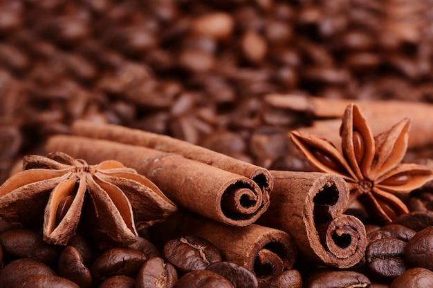 Ziarna Kawy, Cynamon, Anyż Na Zwolnieniu Tła. Premium Zdjęcia