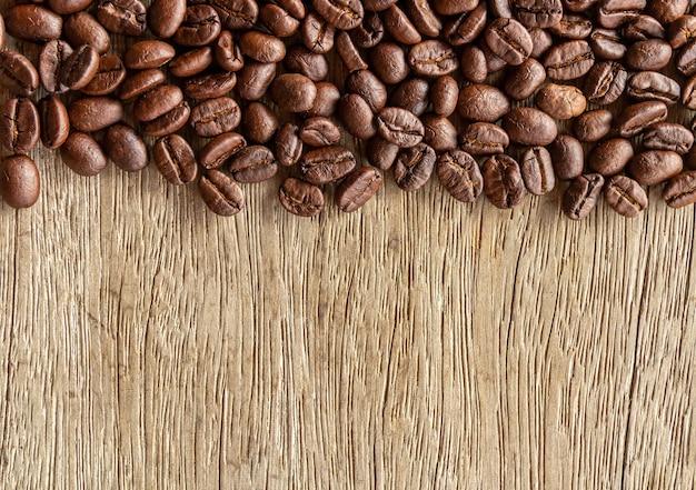 Ziarna Kawy Na Tle Starego Drewna Premium Zdjęcia