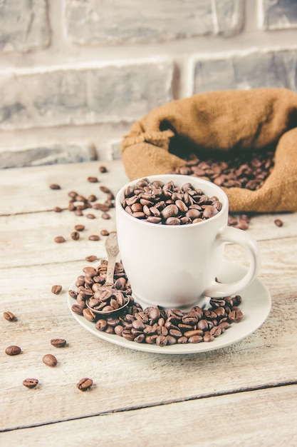 Ziarno kawy. kubek kawy. selektywne skupienie. Premium Zdjęcia