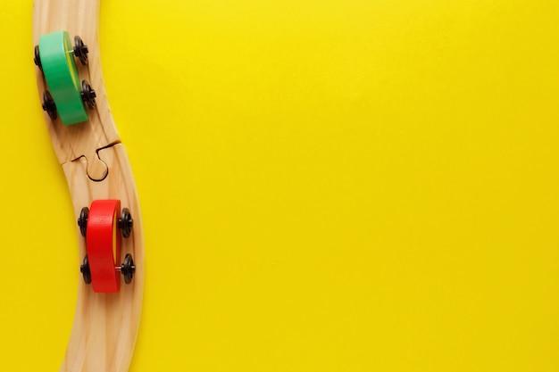 Zieleni I Czerwoni Samochody Na Drewnianej Kolei Premium Zdjęcia