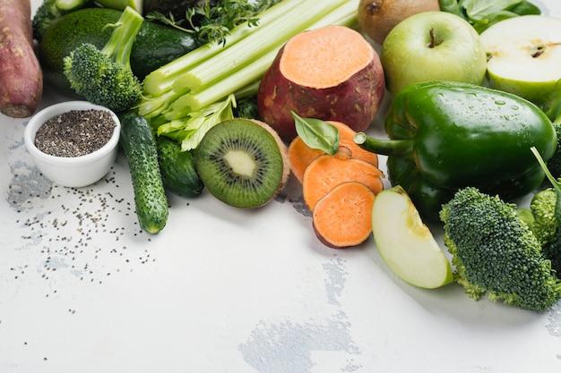 Zieleni owoc i warzywo na bielu Premium Zdjęcia