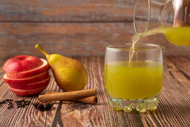 Zielona Gruszka I Czerwone Jabłko Ze Szklanką Soku Darmowe Zdjęcia