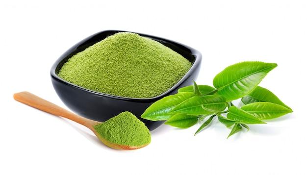 Zielona herbata w proszku i liść zielonej herbaty na białym tle Premium Zdjęcia