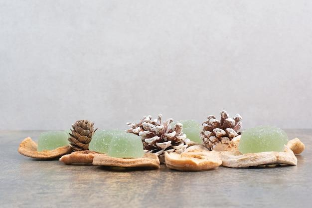 Zielona Marmolada Z Suszonymi Owocami I Szyszkami Na Marmurowym Tle. Wysokiej Jakości Zdjęcie Darmowe Zdjęcia