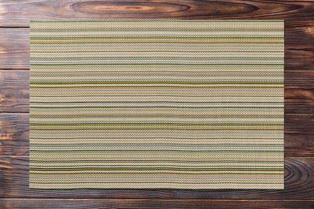 Zielona Miejsce Mata Dla Naczynia Na Drewnianym Tle Premium Zdjęcia