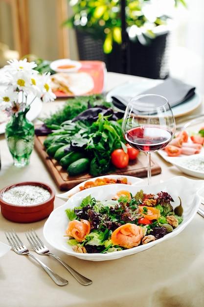 Zielona sala z ziołami i lampką czerwonego wina. Darmowe Zdjęcia