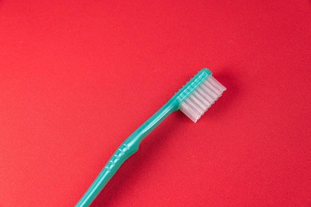 Zielona Szczoteczka Do Zębów Na Czerwonym Stole Darmowe Zdjęcia