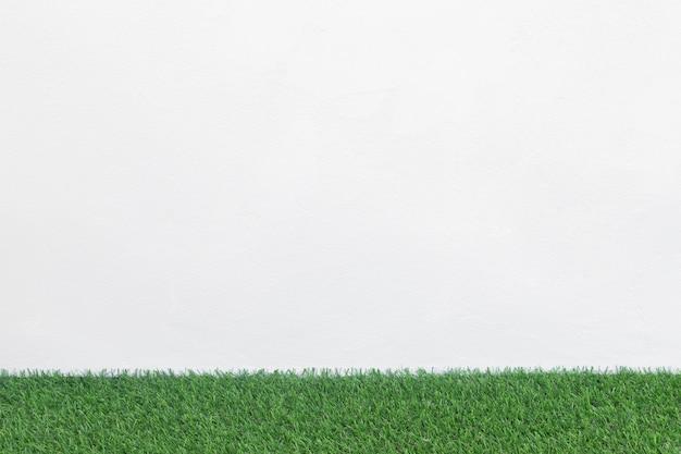 Zielona trawa podłoga z bielu betonu tłem, makieta dla projekta. Premium Zdjęcia