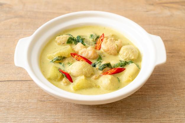 Zielona Zupa Curry Z Mieloną Wieprzowiną I Kulką Mięsną W Misce, Azjatyckie Jedzenie Premium Zdjęcia