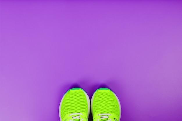 Zielone Buty Do Biegania Na Fioletowym Tle. Widok Z Góry, Wolna Przestrzeń Premium Zdjęcia