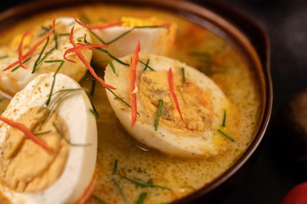 Zielone Curry Z Jajkami W Czarnych Filiżankach, Z Cytryną, Trawą Cytrynową, Chili I Pomidorami. Darmowe Zdjęcia