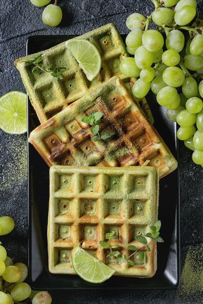 Zielone Gofry Z Winogronami Premium Zdjęcia