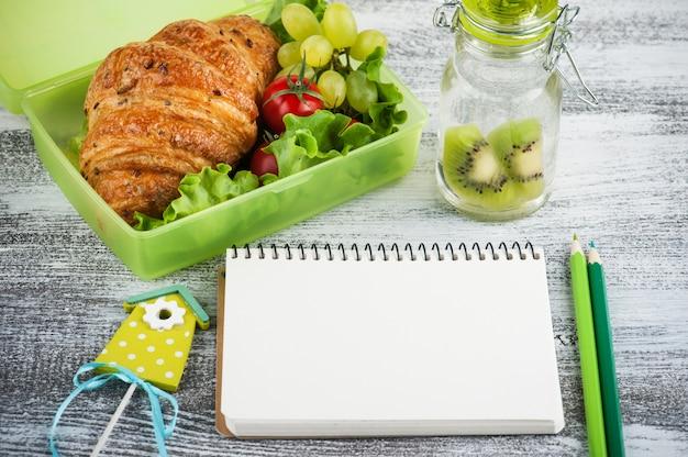 Zielone Pudełko Na Lunch Z Rogalikiem, Sałatką Premium Zdjęcia