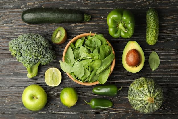 Zielone Warzywa I Owoce Na Podłoże Drewniane Premium Zdjęcia