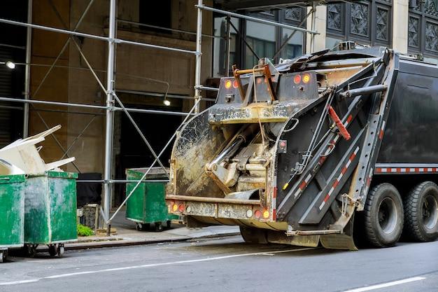Zielone Wózki śmietnikowe Wypełnione śmieciami Budowlanymi Kosz Na śmieci W Pojeździe Przemysłowym Premium Zdjęcia