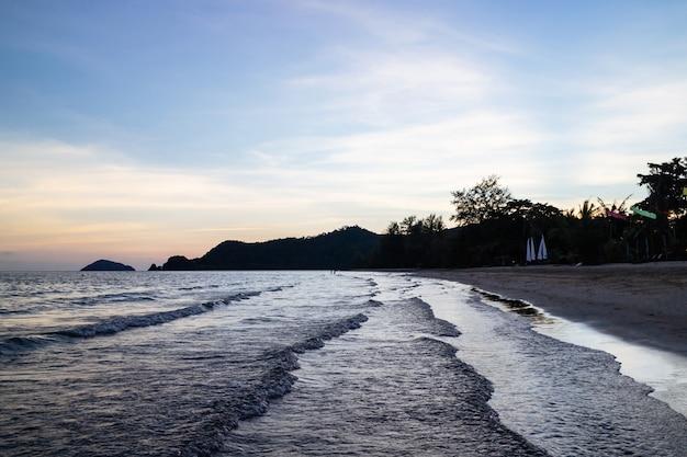 Zielone Wyspy I Odbita Fala Morska Premium Zdjęcia