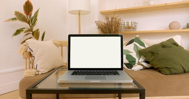 Zielony Ekran Laptopa W Przytulnym Wnętrzu Premium Zdjęcia