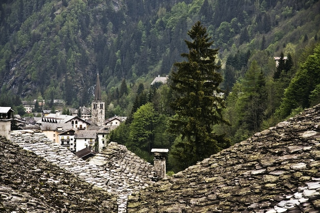 Zielony Górzysty Krajobraz Ze Starymi Domami Na Pierwszym Planie Darmowe Zdjęcia