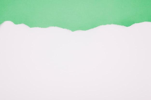 Zielony Obdarty Papier Na Bielu Darmowe Zdjęcia