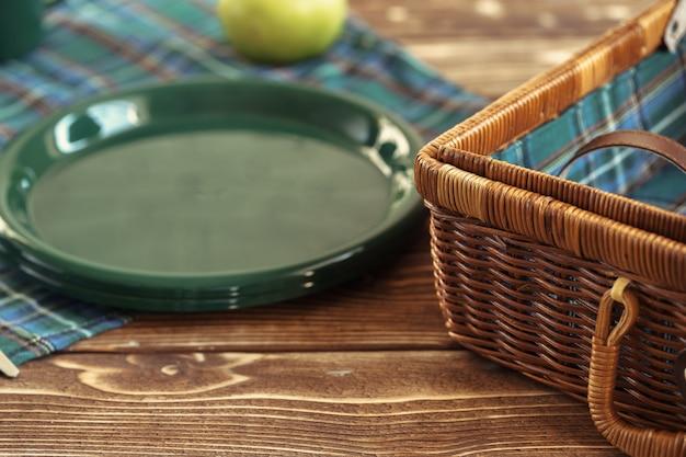 Zielony Plastikowy Przybory Kuchenne Na Stołowym Zakończeniu Up Premium Zdjęcia