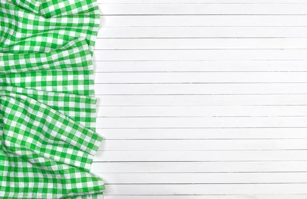 Zielony W Kratkę Obrus Na Drewnianym Stole, Odgórny Widok Premium Zdjęcia
