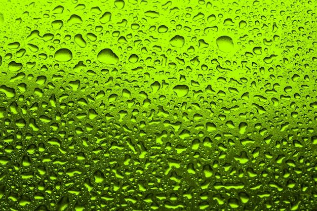 Zielony z kropelek wody zielone tło Premium Zdjęcia