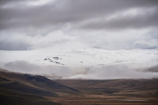 Zimno Pochmurna Pogoda W Obszarze Stepowym. Płaskowyż Ukok Ałtaju. Bajeczne Zimne Krajobrazy. Ktoś W Pobliżu Premium Zdjęcia