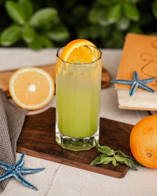 Zimny cytrynowy koktajl z plasterkiem pomarańczy Darmowe Zdjęcia
