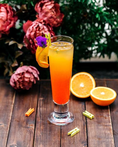 Zimny pomarańczowy napój z plasterkiem pomarańczy Darmowe Zdjęcia