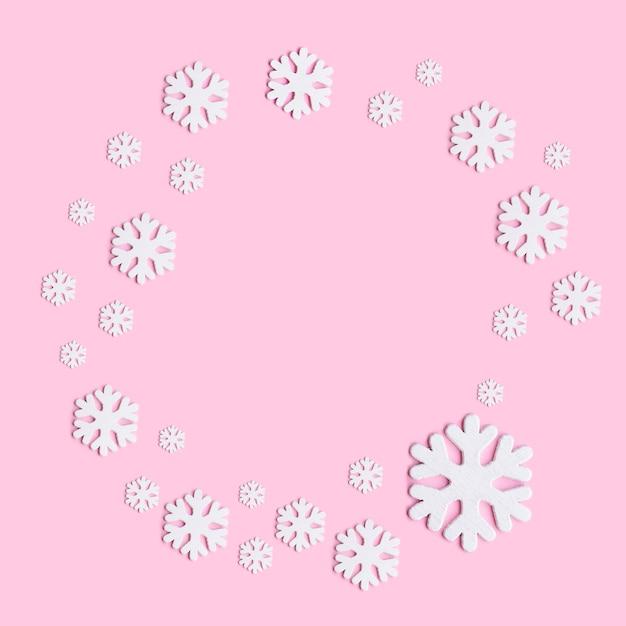 Zimowa Kompozycja Płatki śniegu Na Pastelowym Różowym Tle. Premium Zdjęcia