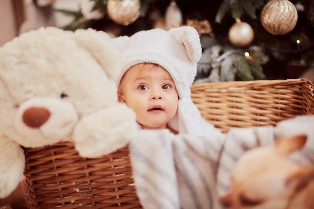Zimowe Dekoracje świąteczne. Portret Dziewczynki. Urocze Dziewczynki W śmieszne Białe Uszy Darmowe Zdjęcia