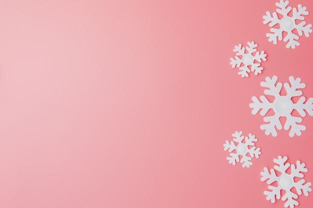 Zimowe tło z płatki śniegu i. koncepcja bożego narodzenia. leżał płasko. skopiuj miejsce Premium Zdjęcia