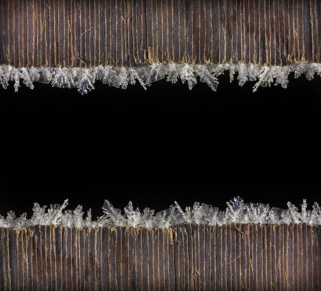 Zimowe Wakacje Boże Narodzenie Nowy Rok Tło Ramki Z Makra Szron Na Starych Drewnianych Desek Z Czarnym Miejscem Na Tekst Premium Zdjęcia