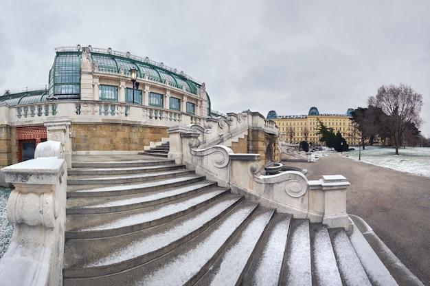 Zimowy panoramiczny obraz schodów w kierunku imperial butterfly house w wiedniu Premium Zdjęcia