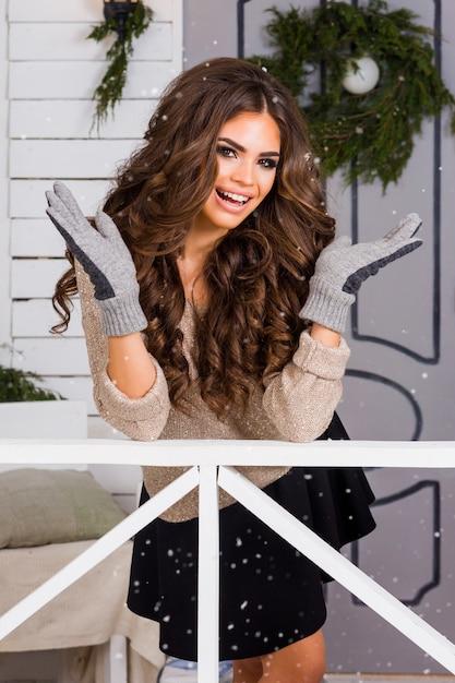 Zimowy Portret Młodej Uroczej Pięknej Kobiety Brunetka Ubrana W Ciepły Sweter Pokryte śniegiem Darmowe Zdjęcia