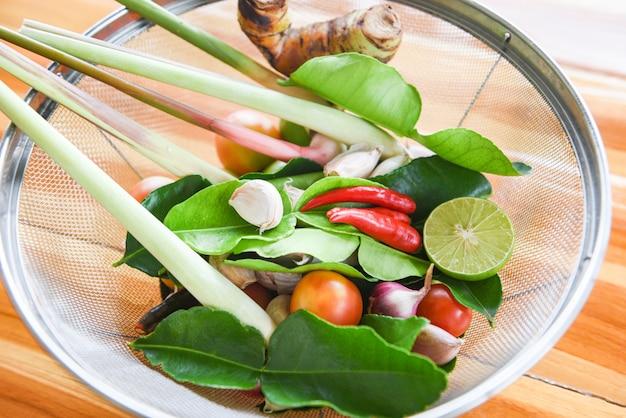 Zioła i przyprawy składniki pikantna zupa świeże warzywa z trawą cytrynową Premium Zdjęcia