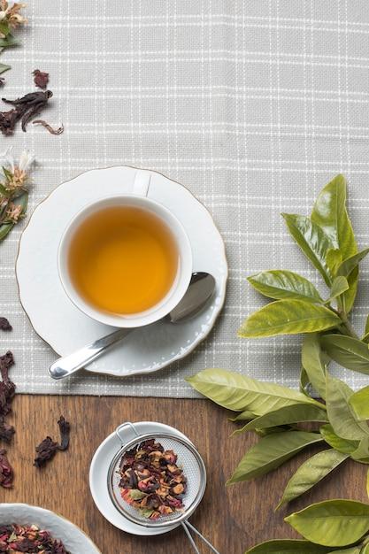 Ziołowy Kubek Herbaty; Suszone Zioła I Liście Na Obrusie Na Stole Darmowe Zdjęcia
